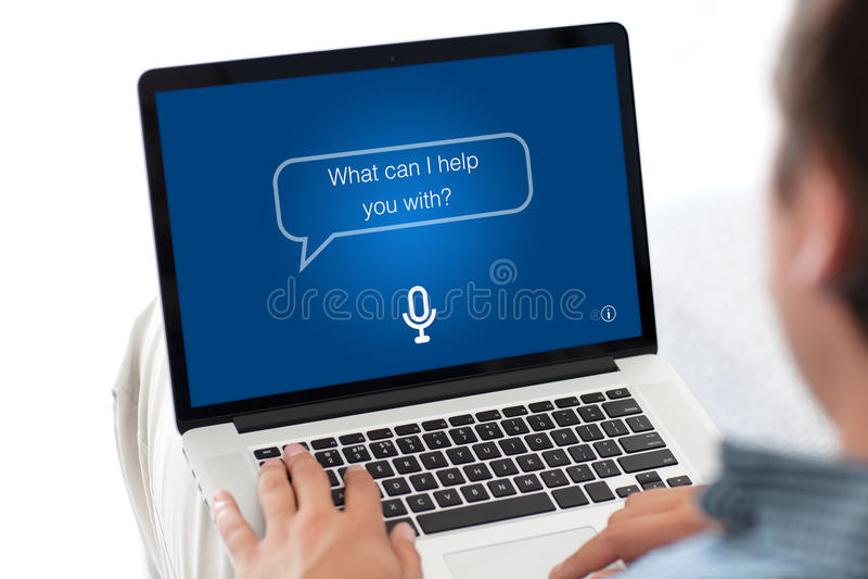 Equipe o teclado de datilografia do portátil com o assistente pessoal do app na tela imagem de stock royalty free