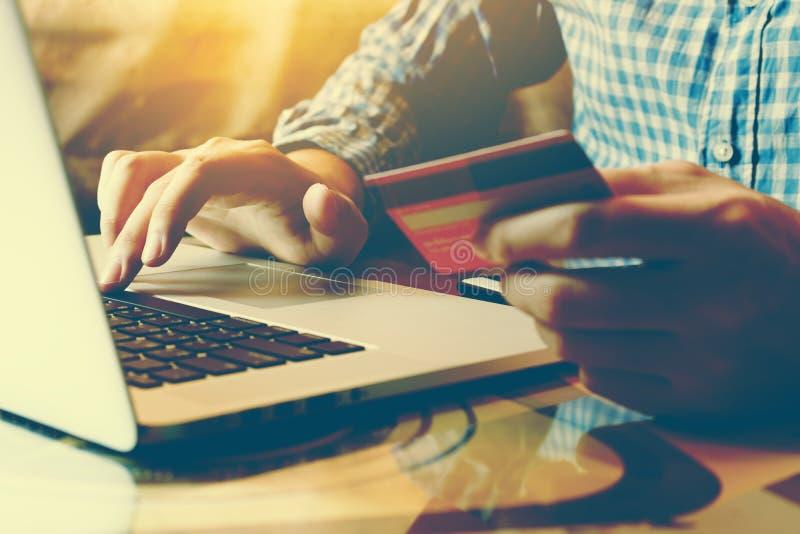 Equipe o teclado de datilografia do portátil e guardar o cartão de crédito com s em linha fotos de stock royalty free