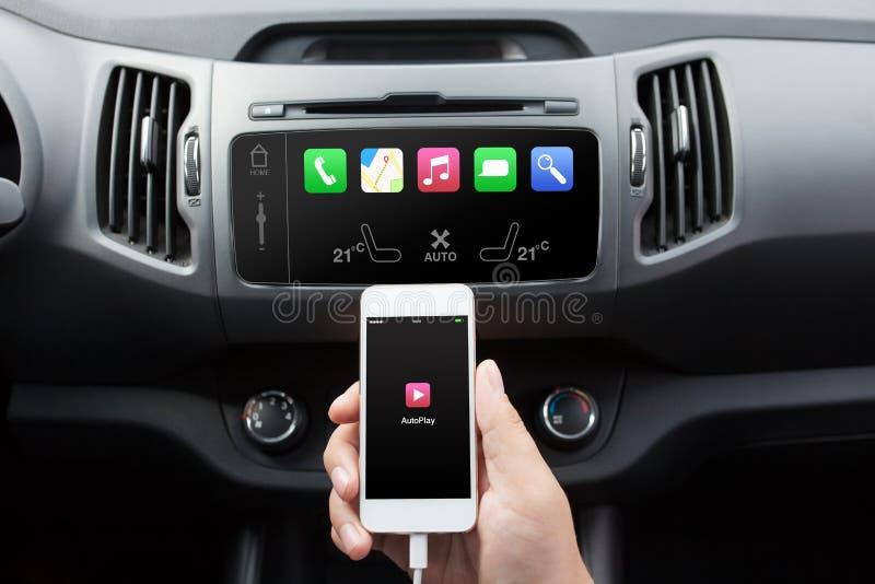 Equipe o telefone de conexão ao sistema de meios do carro imagens de stock