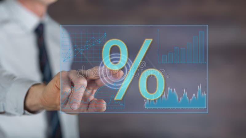 Equipe o toque de dados digitais das taxas de juro em um tela táctil fotografia de stock