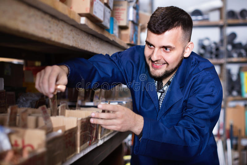 Equipe o trabalhador que atravessa detalhes da engenharia sanitária no worksho imagem de stock royalty free