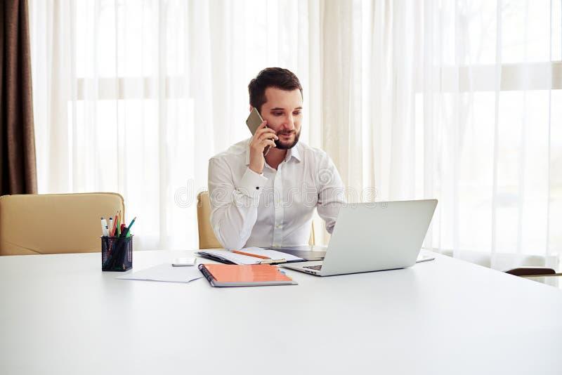 Equipe o trabalho e a chamada de alguém no telefone no offic moderno fotos de stock