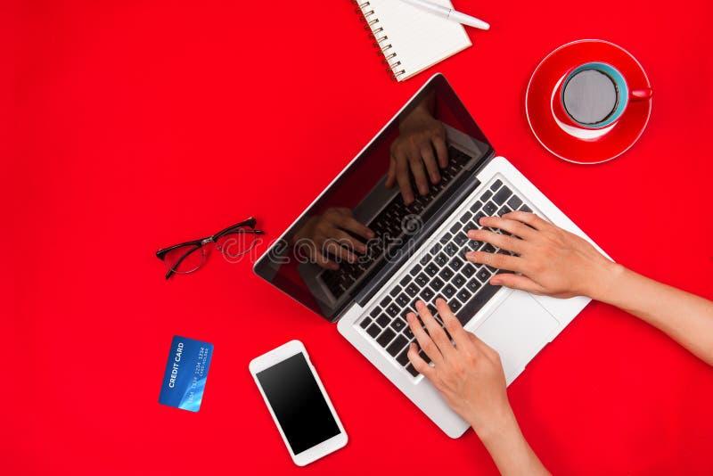 Equipe o trabalho na mesa e comprar produtos em linha, conceito em linha da compra fotos de stock royalty free