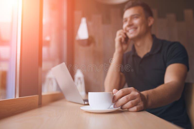 Equipe o trabalho no rede-livro em um café, sol do alargamento foto de stock
