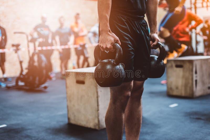 Equipe o treinamento com kettlebell no gym funcional da aptidão fotografia de stock royalty free