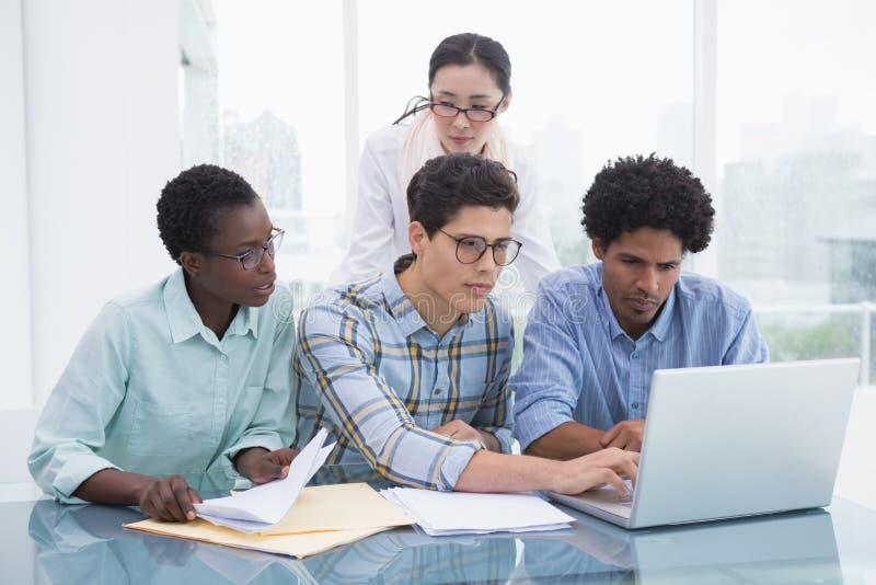 Equipe ocasional do negócio que trabalha junto na mesa imagens de stock royalty free