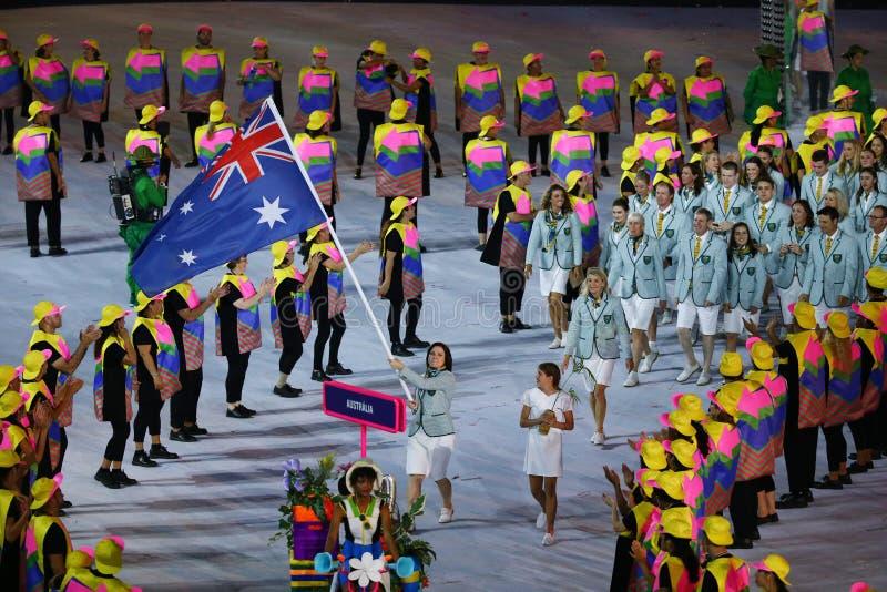 A equipe olímpica Austrália marchou na cerimônia de inauguração dos Olympics do Rio 2016 no estádio de Maracana em Rio de janeiro imagem de stock
