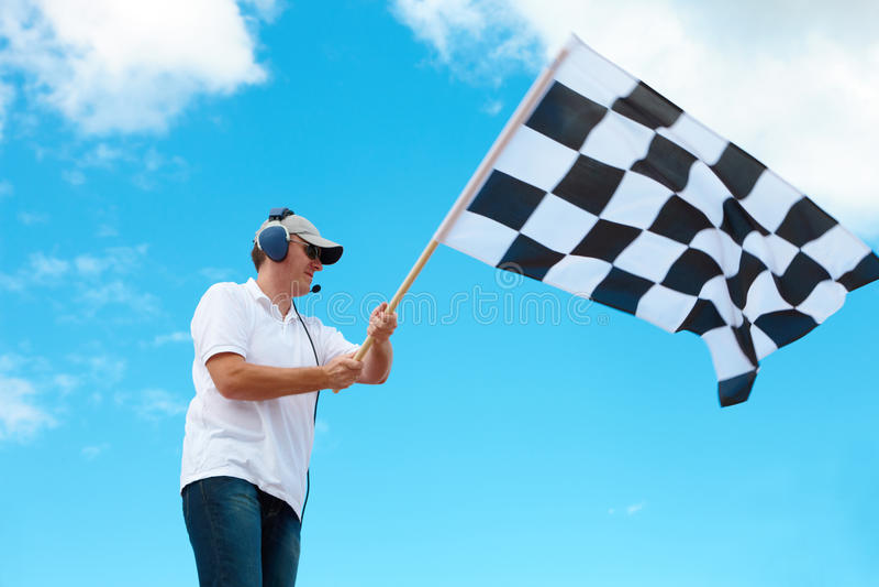 Equipe a ondulação de uma bandeira checkered em um canal adutor imagens de stock