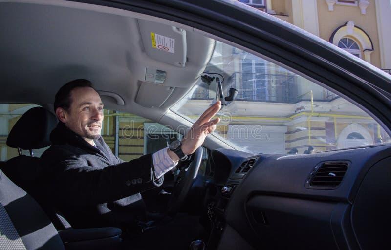Equipe a ondulação de uma mão a seu amigo, fora do carro, dia, exterior fotografia de stock