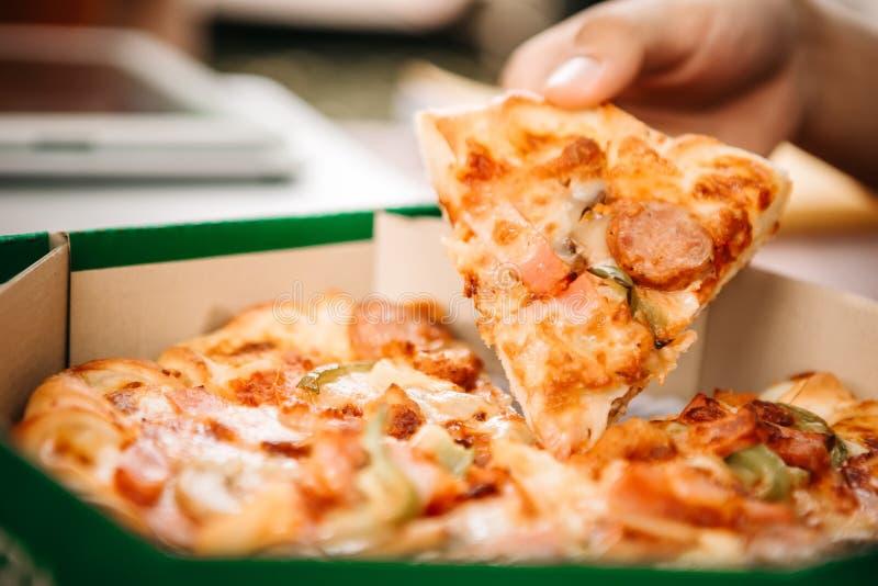 Equipe pegarar piolhos da pizza quente imagem de stock