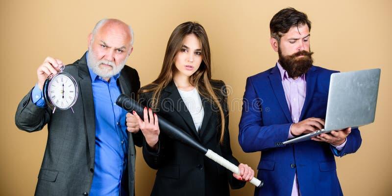 Equipe perita Da mostra farpada do gerente dos homens portátil financeiro do relatório Estrat?gia empresarial Funcionamento do co fotos de stock