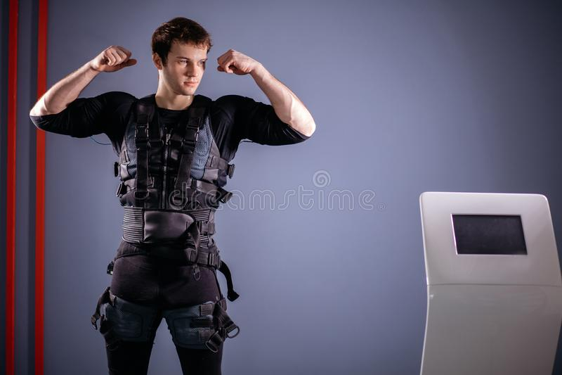 Equipe perto da máquina do EMS, estimulação do músculo, mostrando o bíceps imagens de stock royalty free
