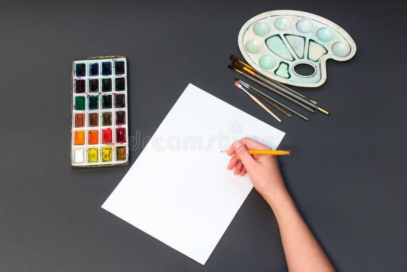 Equipe a pintura em uma parte de lápis em uma folha branca imagem de stock