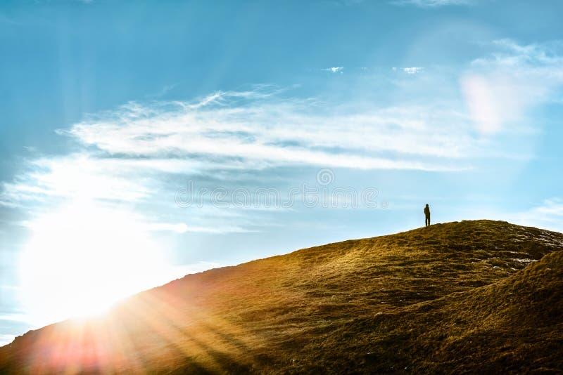 Equipe a posição em um monte que pensa na luz solar foto de stock royalty free