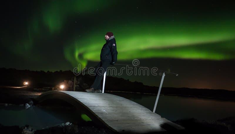 Olhando a aurora boreal imagens de stock
