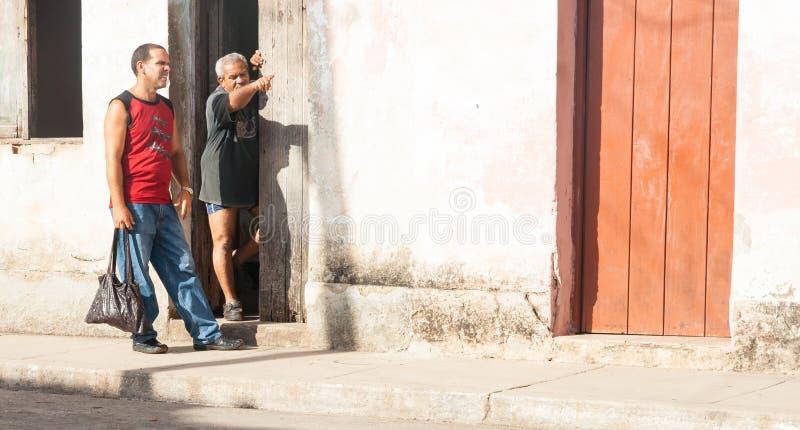 Equipe a posição na entrada da casa espanhola do estilo na maneira dos pontos de Cuba imagens de stock royalty free