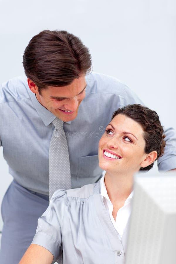 Download Equipe Positiva Do Negócio Que Trabalha Em Um Computador Foto de Stock - Imagem de gerente, verificar: 12813696