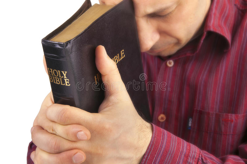 Homem que Praying guardarando a Bíblia imagens de stock royalty free
