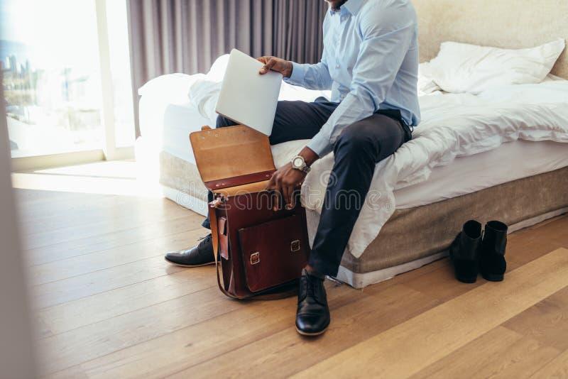 Equipe a preparação de seu saco ir ao escritório foto de stock royalty free