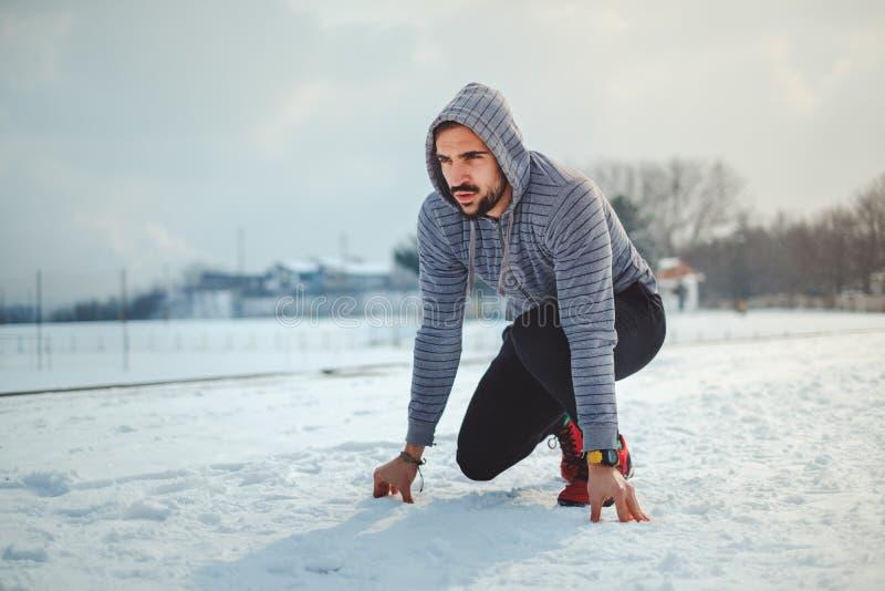 Equipe preparar-se a correr em uma terra nevado fotos de stock royalty free
