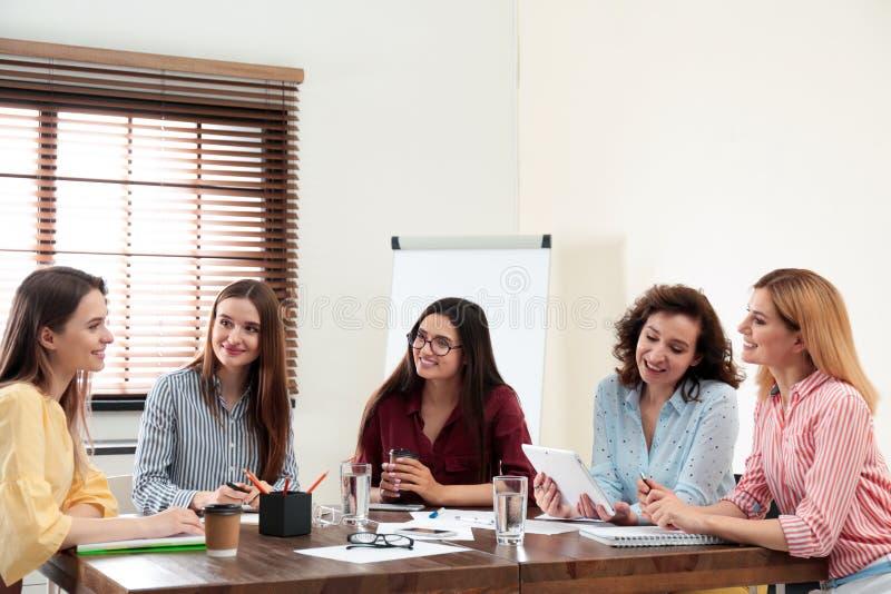 Equipe profissional de negócios feminina trabalhando no escritório imagem de stock royalty free