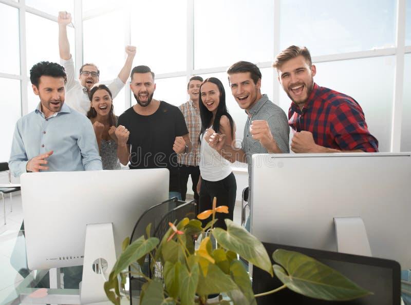Equipe profissional feliz do negócio que está no escritório moderno imagens de stock