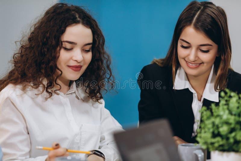 Equipe profissional -- Molde B do negócio corporativo Jovens criativos felizes que trabalham na equipe ao estar no escritório imagem de stock