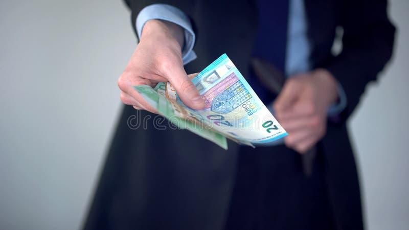 Equipe a proposição do pacote de euro, compra na loja, pagamento da pena, repercussão fotos de stock