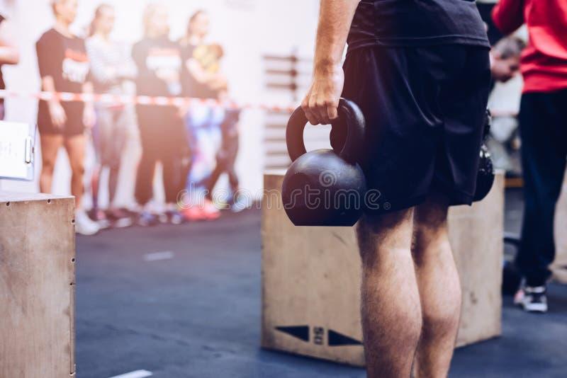 Equipe puxar pesos dos kettlebells no gym funcional da aptidão imagens de stock royalty free