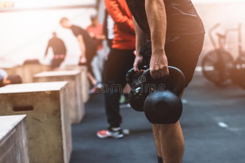 Equipe puxar pesos dos kettlebells no gym funcional da aptidão fotos de stock royalty free