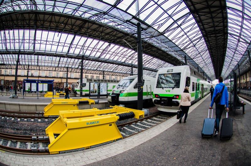 Equipe puxar troles em Helsínquia Trainstation central, Finlandia imagem de stock royalty free