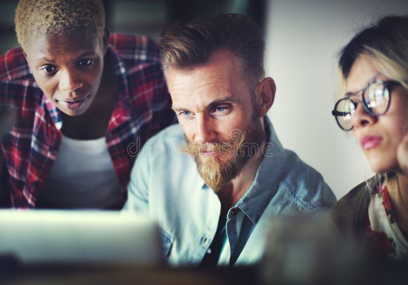 Equipe que trabalha em um projeto startup imagens de stock
