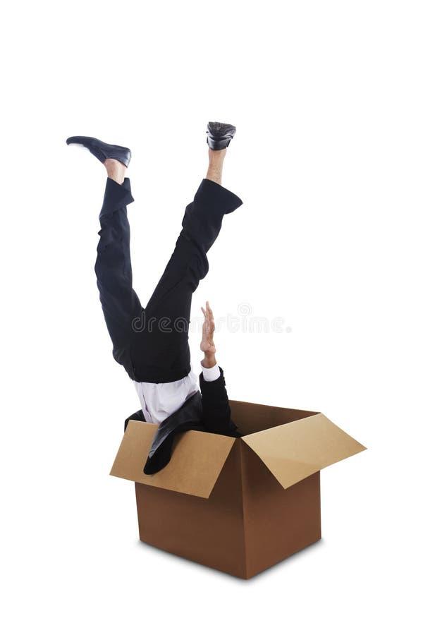 Equipe a queda para baixo em uma caixa fotografia de stock