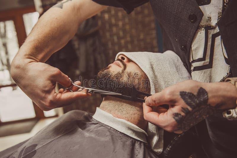 Equipe a rapagem de sua barba no cabeleireiro profissional fotos de stock