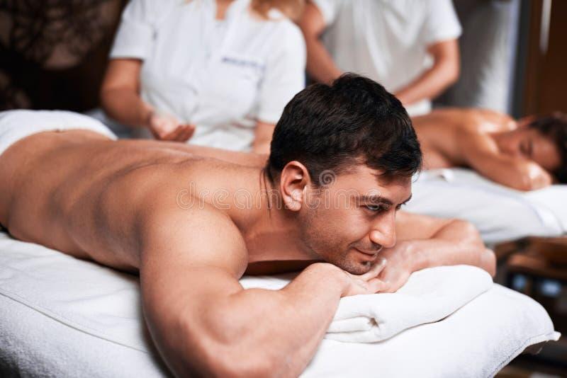 Equipe a recepção da massagem traseira do massagista nos termas fotografia de stock royalty free