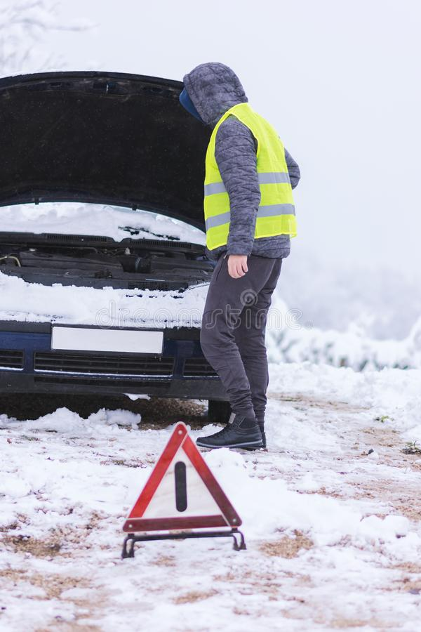 Equipe a resolução do problema com o carro, esperando serviços do carro foto de stock royalty free