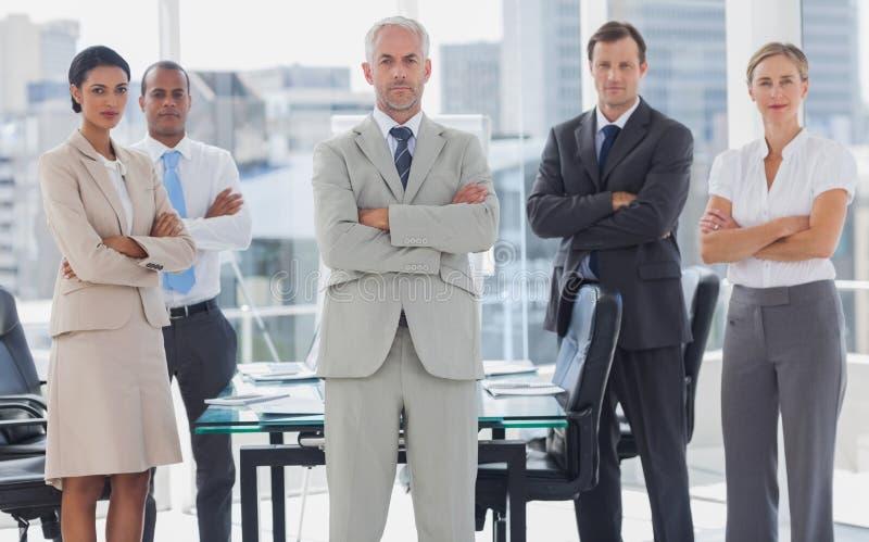 Equipe séria dos executivos que levantam junto fotografia de stock royalty free