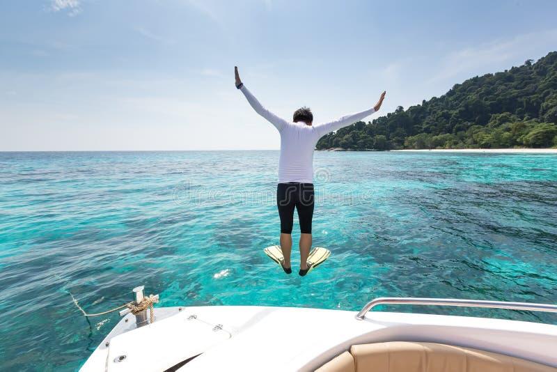 Equipe saltam no mar no Ta-qui, ilha de Similan, Tailândia fotos de stock royalty free