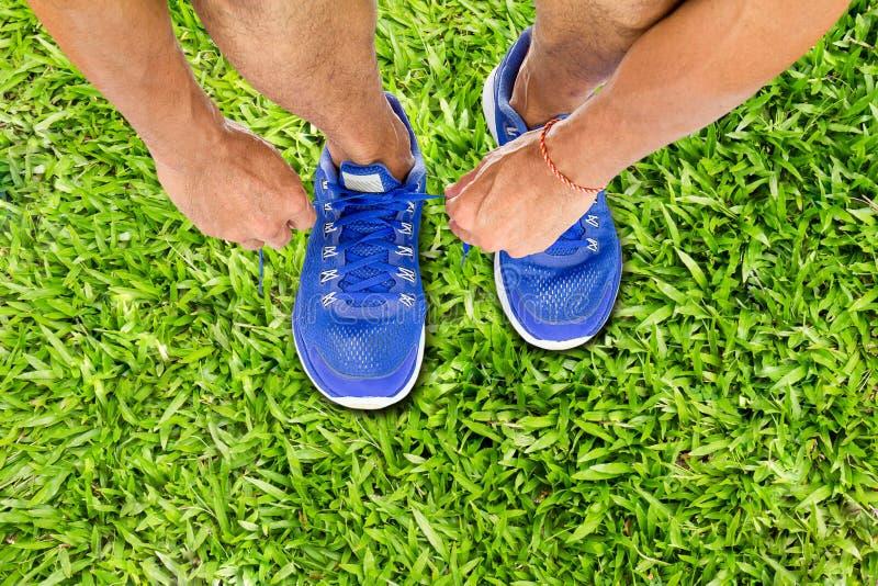 Equipe sapatas do esporte do laço no assoalho da grama verde, conceito do exercício do esporte imagem de stock royalty free