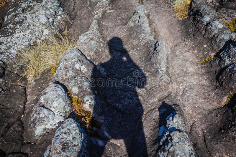 Equipe a sombra do ` s na rocha e na jarda de pedra foto de stock royalty free