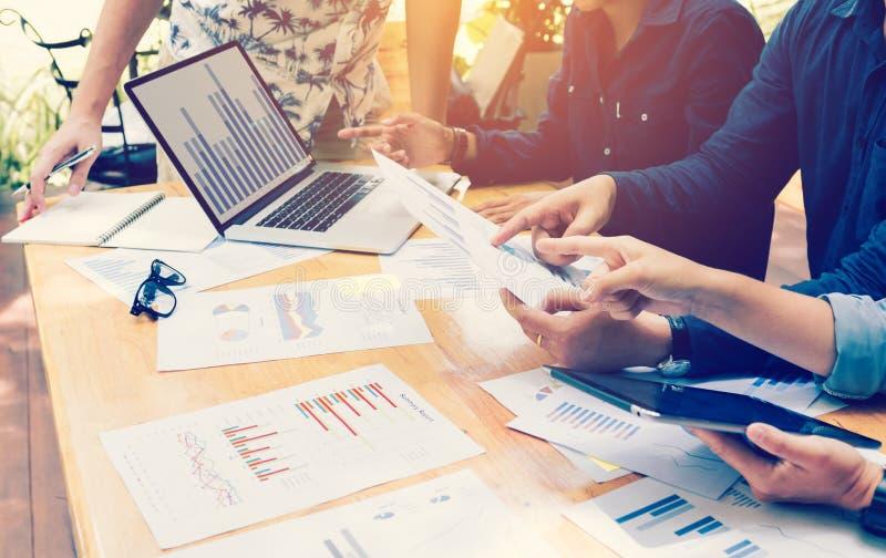 Equipe startup asiática nova dos colegas de trabalho que fazem uma sessão de reflexão em h fotos de stock royalty free
