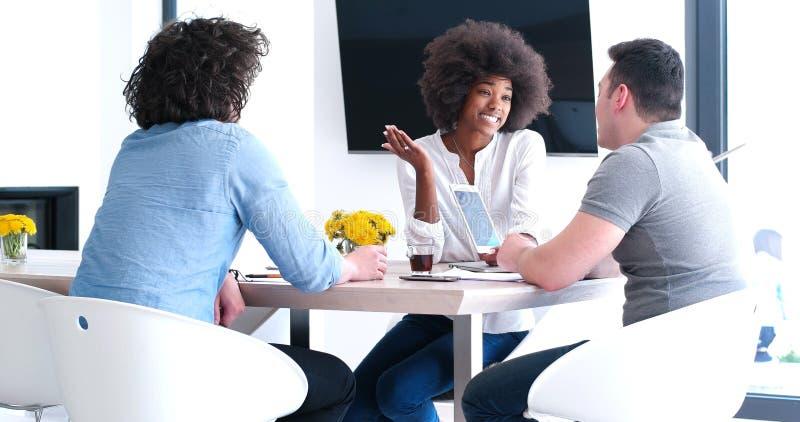 Equipe startup multi-étnico do negócio na reunião imagem de stock royalty free