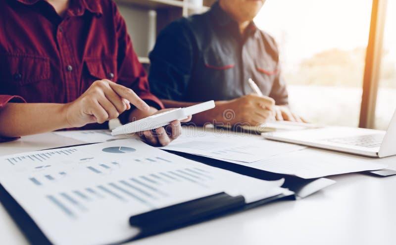 Equipe Startup que calcula e que verifica o interna da contabilidade do equilíbrio imagens de stock royalty free