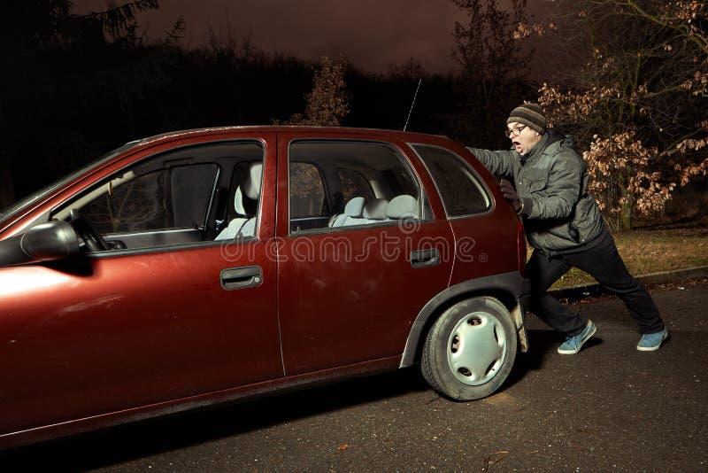 Equipe a tentativa ligar o motor do carro empurrando fotografia de stock royalty free