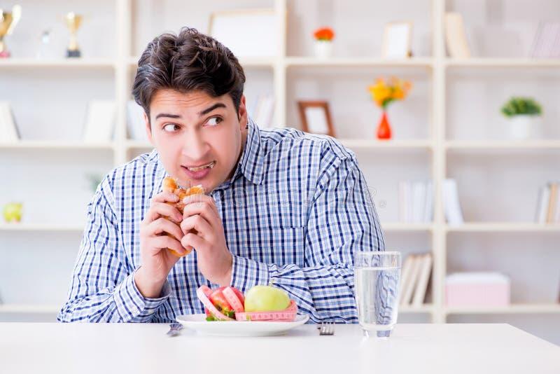 Equipe ter o dilema entre o alimento e o pão saudáveis no engodo de dieta imagens de stock royalty free