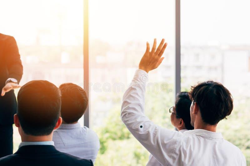 Equipe ter a pergunta durante o seminário imagem de stock