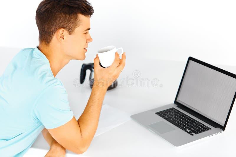 Equipe ter uma xícara de café ao trabalhar no portátil fotos de stock royalty free