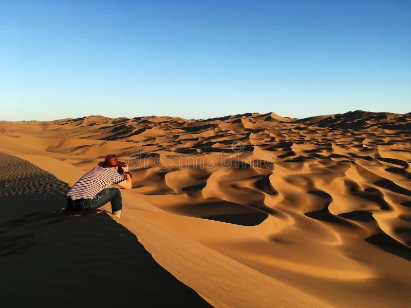Equipe a tomada de fotos de dunas de areia no deserto foto de stock