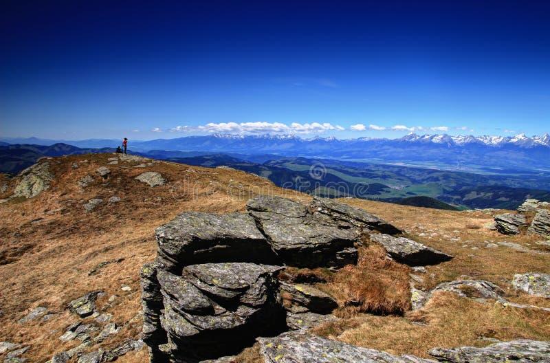 Equipe a tomada de fotos de picos Eslováquia de Zapadne e de Vysoke Tatry foto de stock royalty free