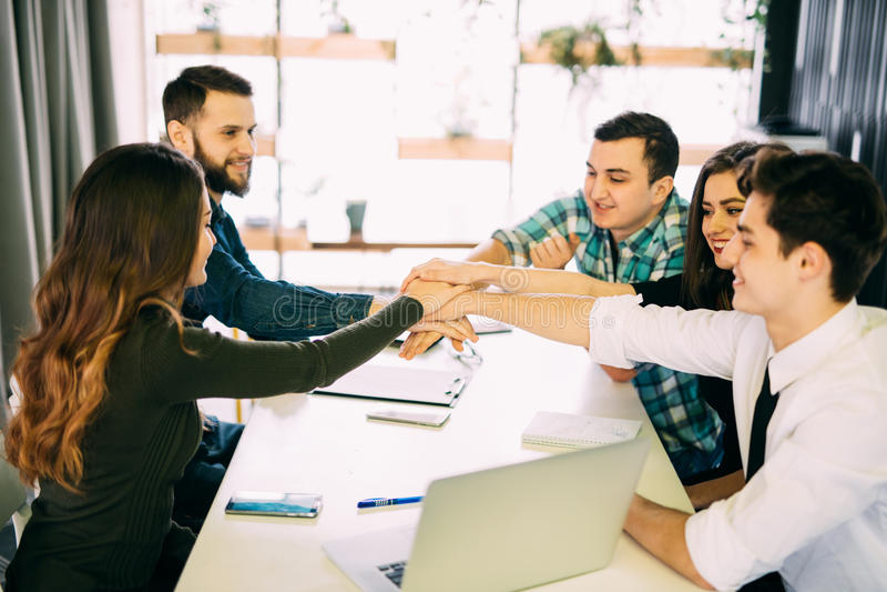 A equipe uniu as mãos, a conexão da mostra e a aliança, vista superior da tabela de funcionamento Teambuilding no escritório, em  imagem de stock